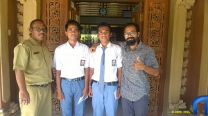 Two students of SMA 1 Nusa Penida were given scholarships.